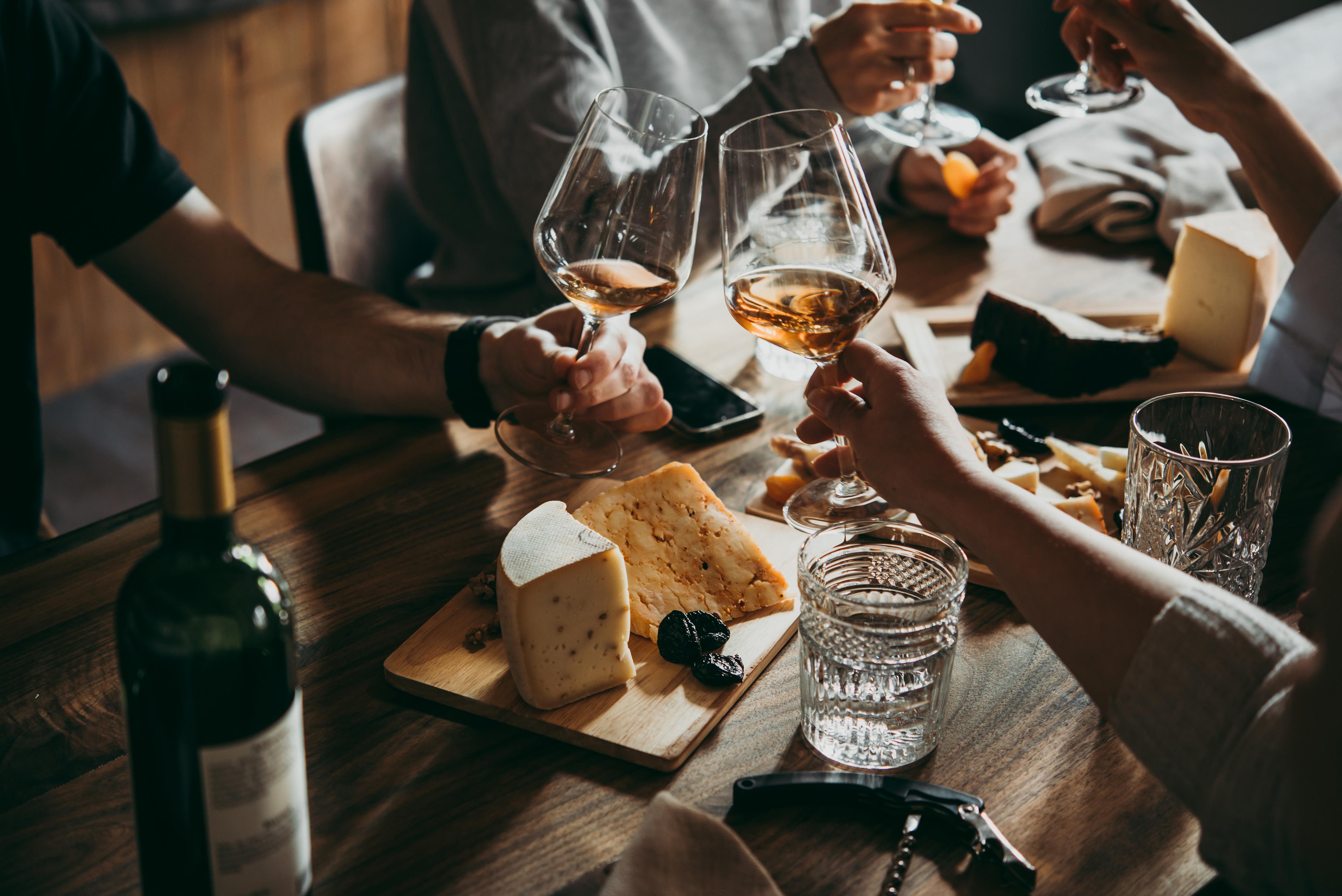 כך תתכננו כמויות אלכוהול לאירוע מצומצם או אירוח של חברים בבית