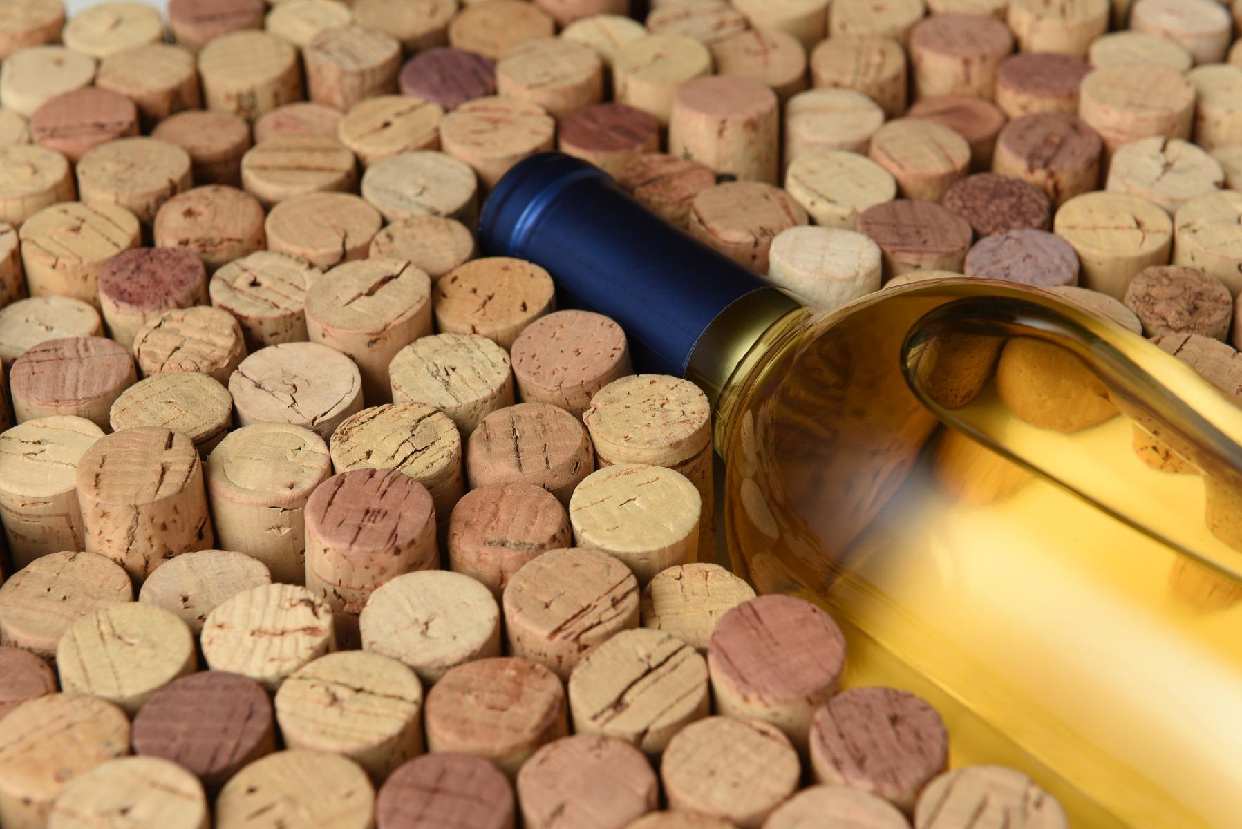 הצבע האופייני של היין לרוב יהיה צהבהב, עם נטייה קלה לירקרקות